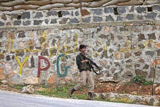 Un combatant de l'Armée syrienne libre (ASL) dans les rues d'Afrin, le 21 février.