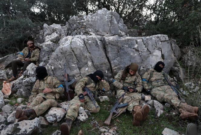 Des soldats de l'Armée syrienne libre soutenue par la Turquie, se reposent, près d'Afrin, en Syrie, le 19 février.