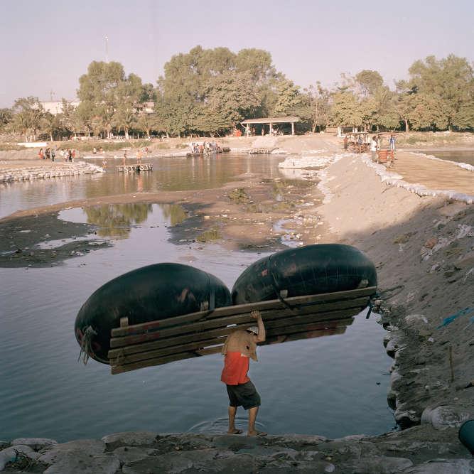 Dans un flux ininterrompu, ces embarcations bricolées transportent hommes et marchandises de chaque côtéde la frontière entre le Mexique et le Guatemala.
