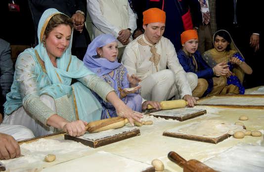 Justin Trudeau, sa femme Sophie Gregoire Trudeau et leurs enfants se plient aux traditions folkloriques dans le temple d'or, à Amritsar, le 21 février.