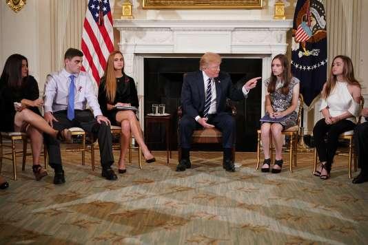 Donald Trump s'est plié à une séance d'écoute des familles endeuillées à la Maison Blanche.