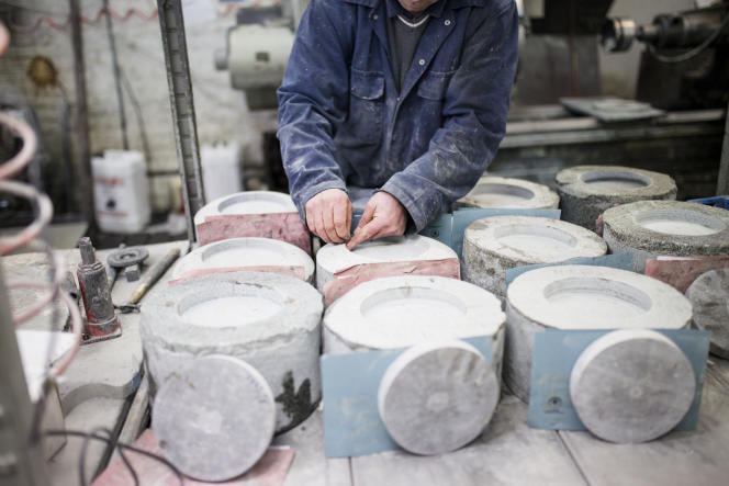 Un employé travaille les pierres de granit, dans l'usine de Kays Curling, à Mauchline, en Écosse, le 9 février.