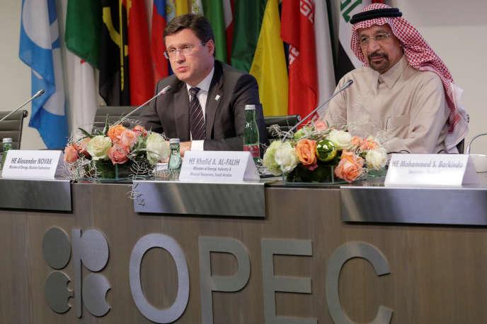 Le ministre russe de l'énergie, Alexander Novak, et son homologue saoudien, Khaled al-Faleh, à Vienne (Autriche), lors d'une réunion de l'OPEP, le 30 novembre 2017.