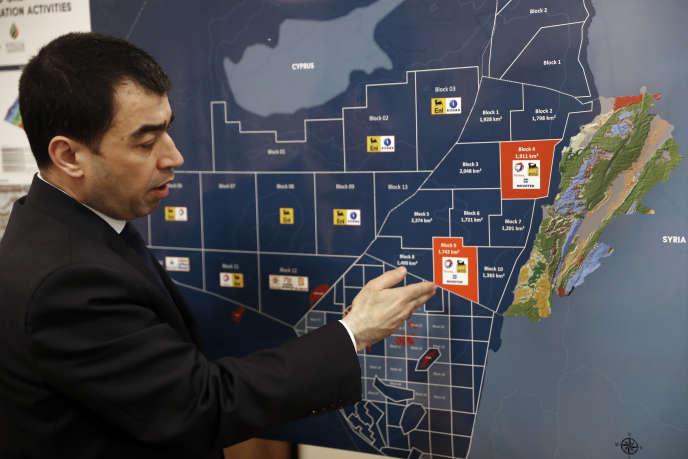 Le ministre libanais de l'énergie Cesar Abi Khalil explique le conflit autour du bloc 9, zone d'exploration pétrolière offshore à l'origine d'un litige avec Israël, lors d'un entretien avec l'Associated Press à Beyrouth le 1er février.