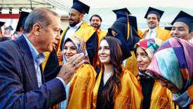 Sous la houlette du président turc Erdogan, le voile a fait son retour à l'université. Ici, en 2016, avec des étudiants.