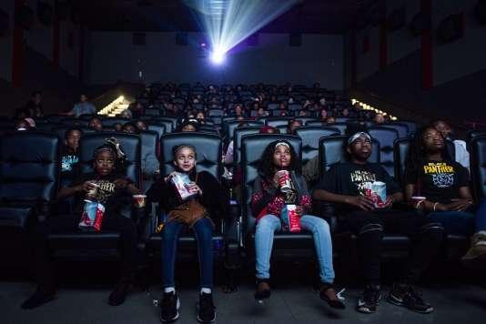 Une projection gratuite de« Black Panther», organisée par Mari Copeny (troisième en partant de la gauche sur la photo) pour plus de 150 enfants, à Flint Township (Michigan), le 19 février 2018.