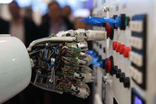 Un robot humanoïde en pleine démonstration au centre allemand de recherche sur l'intelligence artificielle, à Hanovre (Allemagne), le 5 mars 2013.