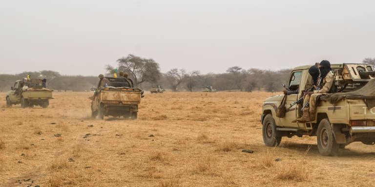 Des 4x4 du Mouvement de libération de l'Azawad patrouillent le long de la frontière entre le Mali et le Niger, le 4février 2018.