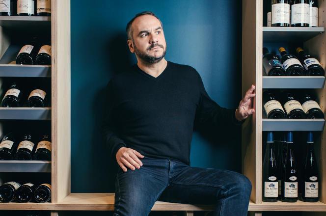 François-Xavier Demaison, chez le caviste Divins, à Paris, le 13 février 2018.