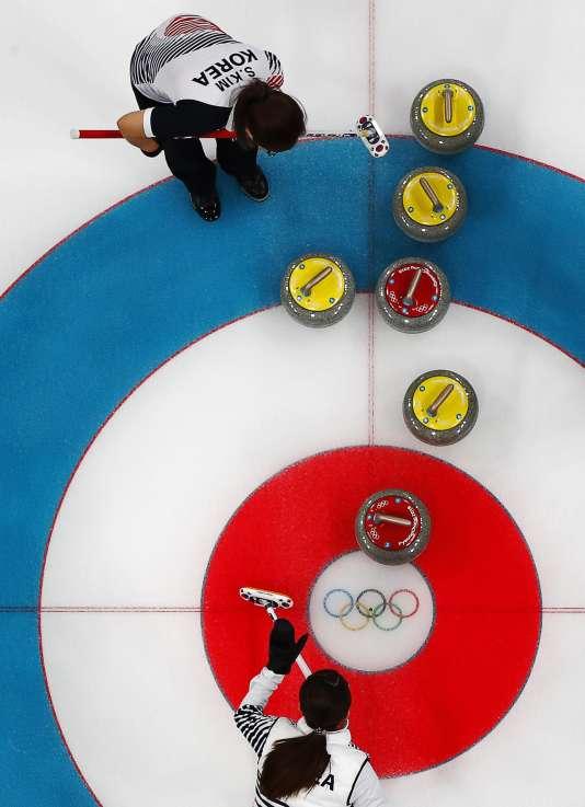 Deux membres de l'équipede curling sud-coréenne lors des quarts de finale qui les ont opposés aux Etats-Unis, à Gangneung, le 20 février.