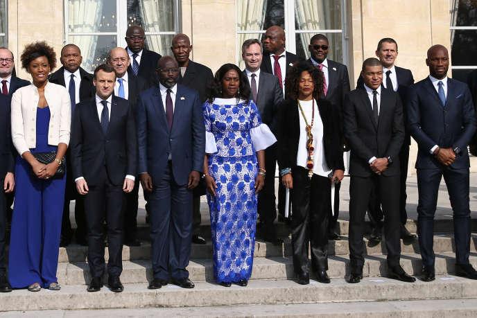 Les présidents français, Emmanuel Macron, et libérien, George Weah, avec les invités d'un déjeuner à l'Elysée, à Paris, le 21février 2018.