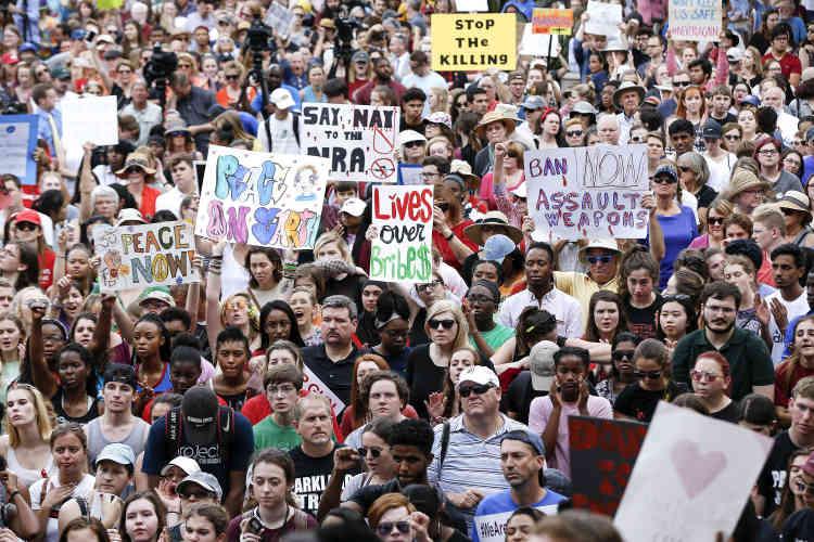 Des manifestants protestent pour que le Sunshine State, l'«Etat du soleil» , ne soit plus le«Gunshine State», l'Etat où brillent les armes grâce à une des législations les plus laxistes des Etats-Unis, devant le capitole.