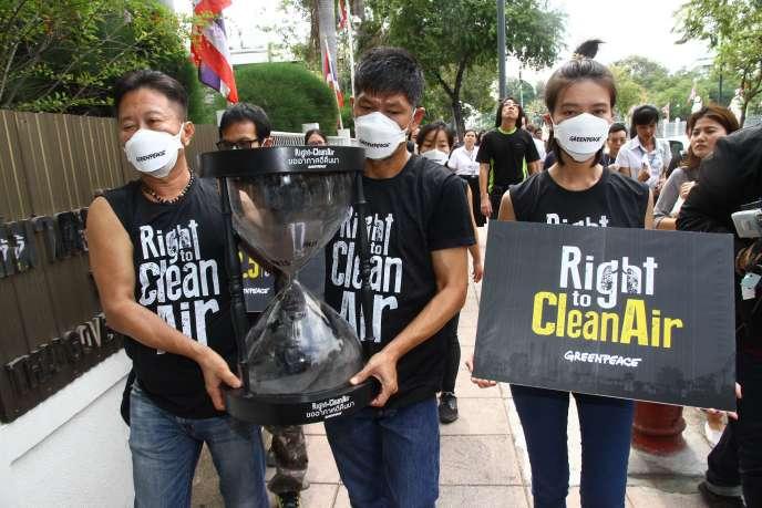 Des militants de Greenpeace, le 22 février à Bangkok.