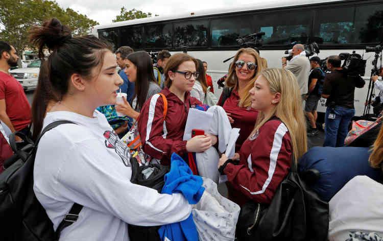 Dans la foulée de ces rassemblements, Jaclyn Corin, à droite de l'image,organise un voyage en bus àTallahassee. Succès immédiat: trois autocars et une centaine de jeunes partent, mardi 20 février, en direction de la capitale de Floride, située à presque 500 kilomètres de Parkland, dans le nord de l'Etat.