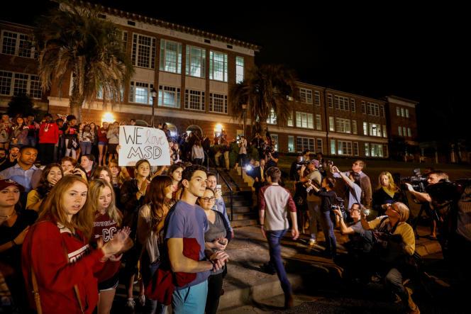 Des lycéens de Parkland sont accueillis pour des lycéens de Tallahassee, à leur arrivée dans lacapitale de la Floride, le 20 février.