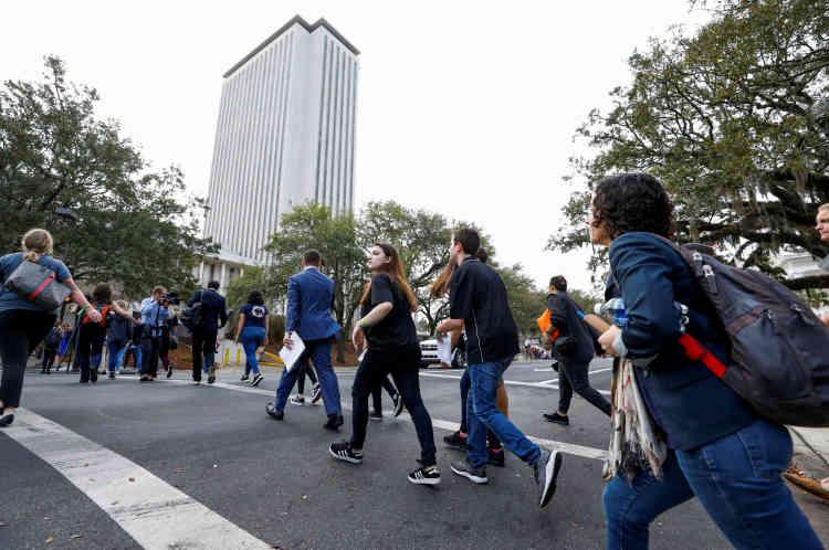 Mercredi 21 février au matin, après avoir rangé leurs sacs de couchage, les adolescents prennent le chemin du capitole, encadrés par des éducateurs, avec pour slogan « Plus jamais ça». Mélange d'excitation, d'émotion mais aussi de traumatisme.