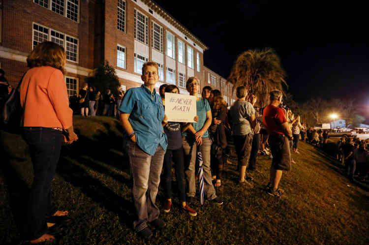 A Tallahassee, des parents et des élèves attendent l'arrivée des élèves de Parkland.