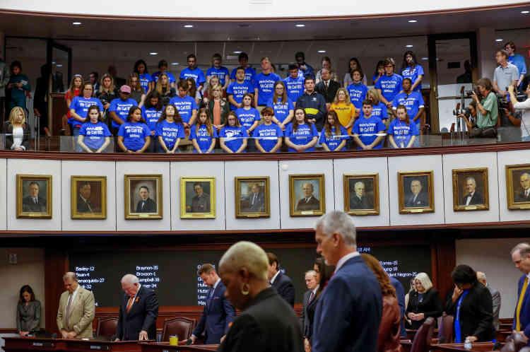 Minute de receuillement en mémoire des victimes du 14 février, au Sénat, le 21 février. Dans la tribune au-dessus des sénateurs, les adolescents de Parkland portent des tee-shirts « nous sommes le changement».
