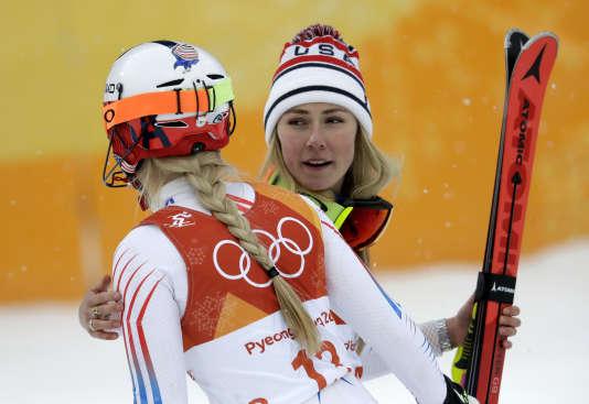 Mikaela Shiffrin (à droite) salue Lindsey Vonn après l'épreuve de combiné, jeudi 22 février, à Pyeongchang. Michael Probst / AP