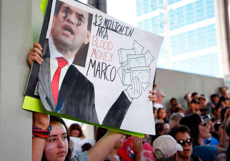 Des étudiants protestent contre la vente libre d'armes à feu, à Parkland, le 17 février.«A tous les hommes politiques ayant reçu des dons de la NRA, honte àvous», ont scandé des lycéens, dont certains rescapés de la fusillade.