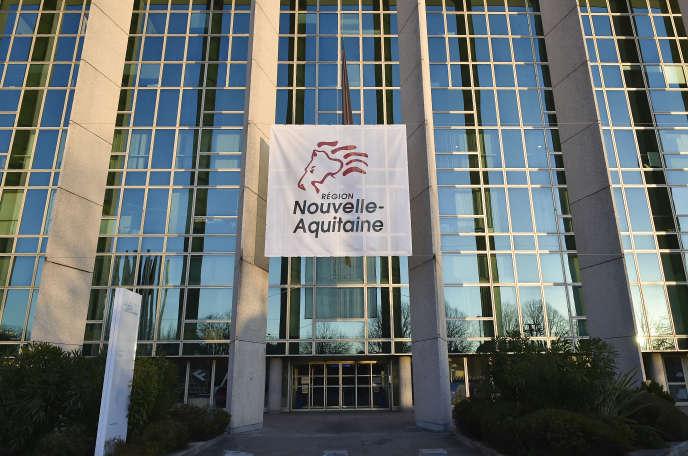 Le logo de la région Nouvelle-Aquitaine est projeté sur la façade du Conseil régional, à Bordeaux, le 17 décembre 2016.
