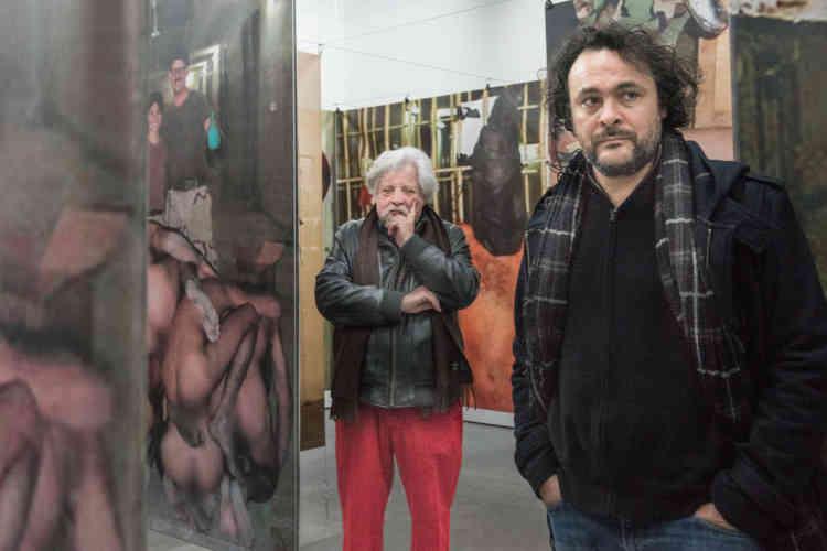 Jean-Jacques Lebel (à gauche) et Kader Attia à l'entrée de l'installation «Poison soluble, scènes de l'occupation américaine (Bagdad)» (2013), de Jean-Jacques Lebel.