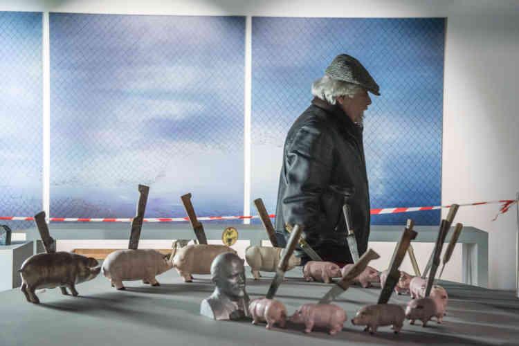 Jean-Jacques Lebel avec, devant lui, son installation «Lénine et les cochons» et, derrière lui, « No Return», une peinture de l'artiste marocain Driss Ouadahi (collection Nadour).