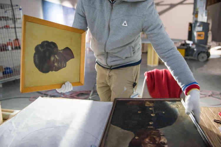 Préparation de l'installation de Kader Attia, «The Culture of Fear : an Invention of Evil» (2013). Au premier plan, le portrait d'un soldat africain-américain de la première guerre mondiale.