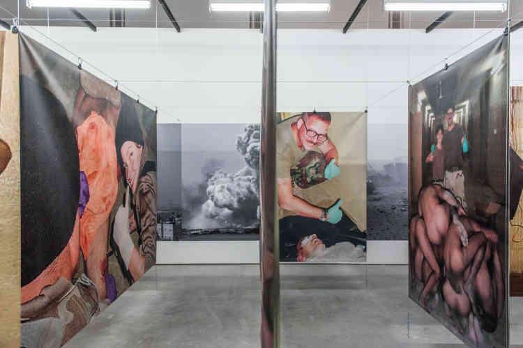 «Poison soluble» (2013), de Jean-Jacques Lebel : un labyrinthe des images de la prison d'Abou Ghraib et des sévices infligés aux prisonniers américains par les soldats Lynndie England et Charles Garner.