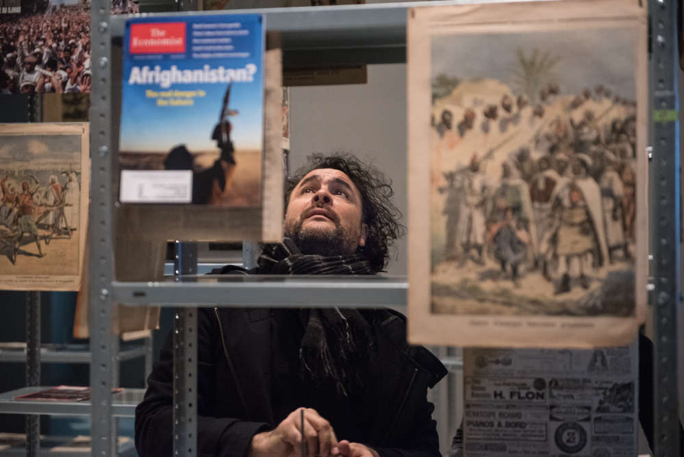 Kader Attia dans son installation «The Culture of Fear : an Invention of Evil» (2013) en cours d'accrochage.