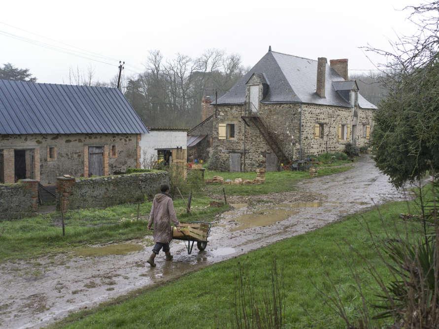 Séverine Clory, hôtesse de l'air, démissionne de son poste en 2000. Après l'obtention d'un BTS technologie végétale et une période en tant qu'employée agricole, elle s'installe à La Haute-Roussière, près d'Angers, en 2009.