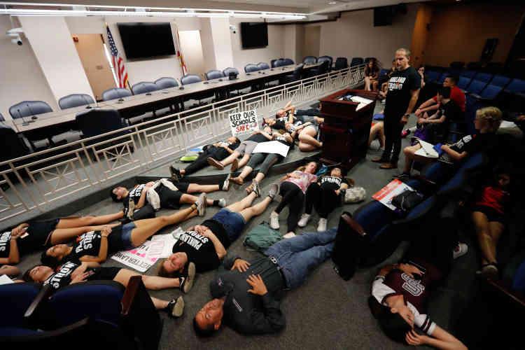 Une semaine exactement après l'attaque du lycée Marjory Stoneman Douglas, 17étudiants rescapésse couchent sur le sol en silence et prient, dans le capitole.