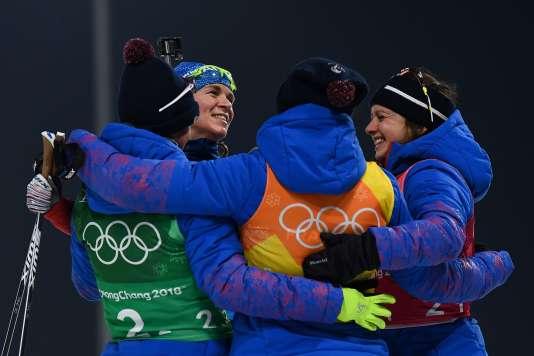 Les quatre relayeuses françaises célèbrent leur médaille de bronze à l'issuedu relais féminin de biathlon, jeudi 22 février.