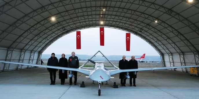 Le président Recep Tayyip Erdogan (à gauche, à côté d'un drone de fabrication turque), sur la base de Batman, en Turquie, le 3 février.