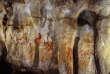 Une des parois de la grotte espagnole de la Pasiega, avec des motifs peints en rouge.