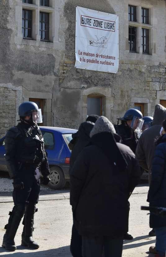 Des gendarmes devant la« maison de la résistance», dans le village de Bure (Meuse), le 22 février
