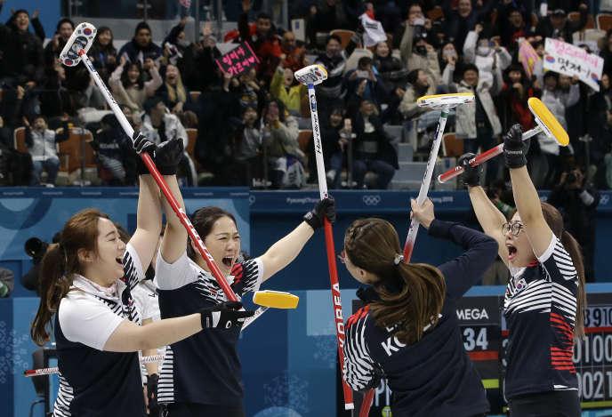 Toutes originaires de la région de Uiseong, fameuse pour son ail, les joueuses sud-coréennes ont été rebaptisées filles de l'ail. Elles célèbrent ici, leur victoire en demi-finale des Jeux contre le Japon, vendredi 23 février (AP Photo/Aaron Favila)