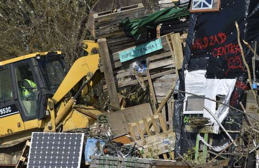 Un bulldozer éventre le campement des opposants au centre d'enfouissement des déchets nucléaires, après son évacuation par la gendarmerie, le 22 février.