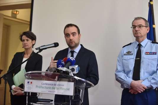 Sébastien Lecornu (au centre) entouré de la préfète de la Meuse, Muriel Nguyen, et du général de gendarmerie Richard Lizurey, à Bar-le-Duc, le 22 février.