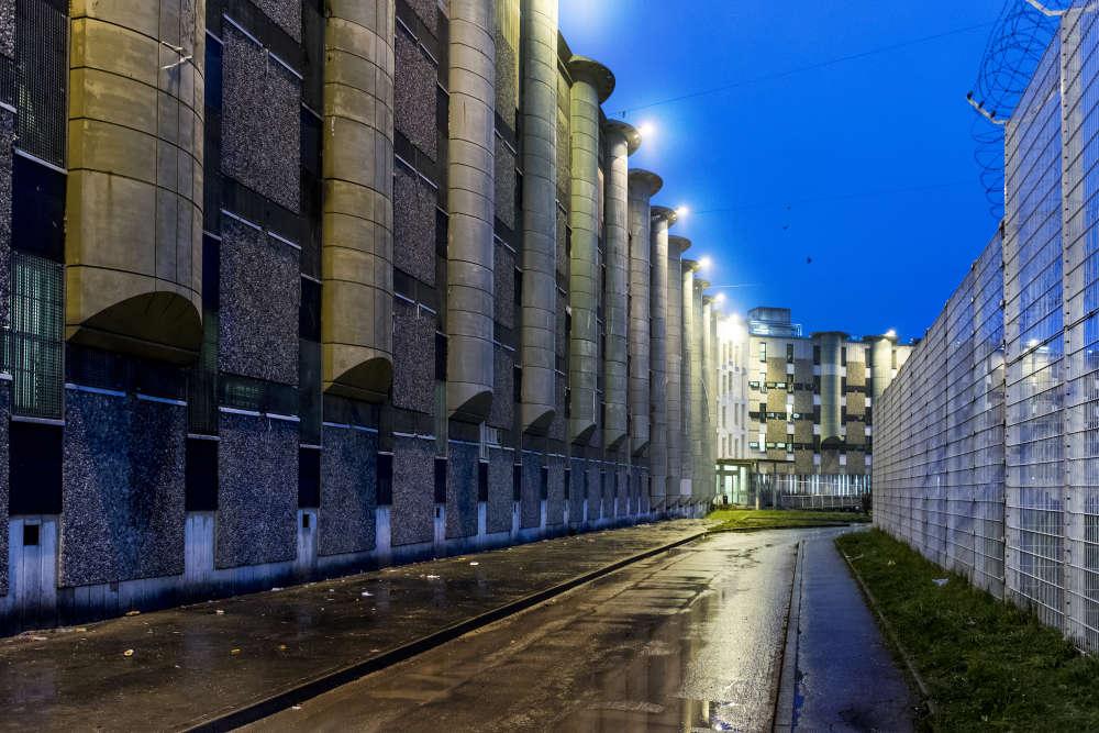 Le « périphérique », la route empruntée pour circuler d'un bâtiment à l'autre de la maison d'arrêt de Fleury-Mérogis, la plus grande prison d'Europe avec 4 320 détenus. Les surveillants ne doivent pas marcher sur le trottoir sous les fenêtres des cellules pour éviter les jets de pots de yaourts et autres détritus.