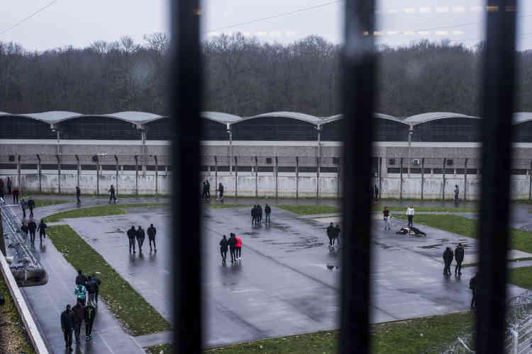 La cour de promenade du bâtiment D2. Les détenus ont deux heures de promenade par jour. S'ils n'ont pas d'autre activité (sport, ateliers, etc.), ils restent 22 heures sur 24 en cellule, et même 24 heures sur 24 pour ceux, notamment en hiver, qui ne veulent pas aller en promenade.