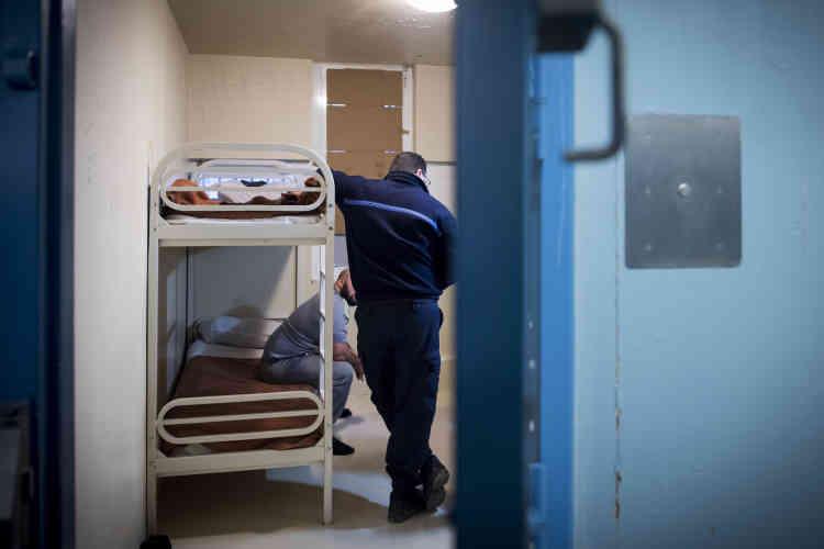 Un surveillant discute avec des détenus dans leur cellule, dans le quartier des arrivants. Ce qui lui importe, c'est leur comportement en détention, pas le motif de leur incarcération. La plupart des personnes placées au bâtiment D2 sont en détention provisoire avant jugement.