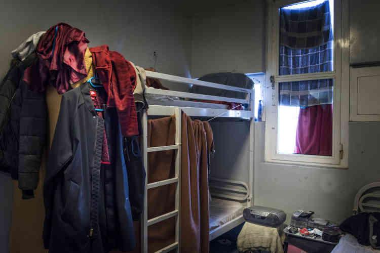 Intérieur d'une cellule encombrée. Aucun service de laverie n'est proposé à Fleury-Mérogis. Soit les détenus laissent leur linge sale aux familles lors des visites au parloir, soit ils font eux-mêmes leur lessive et étendent le linge comme ils le peuvent.