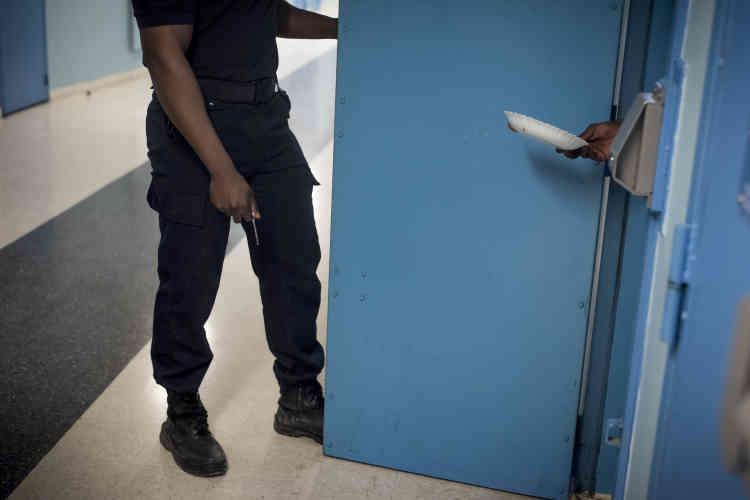 Un surveillant ouvre les porte des cellules pour la distribution des repas à 11h30 et 18heures. Certains détenus préfèrent faire la cuisine eux-mêmes dans leur cellule. Le matin, il n'y a pas de petit déjeuner distribué, les personnes incarcérées se débrouillent avec leurs provisions