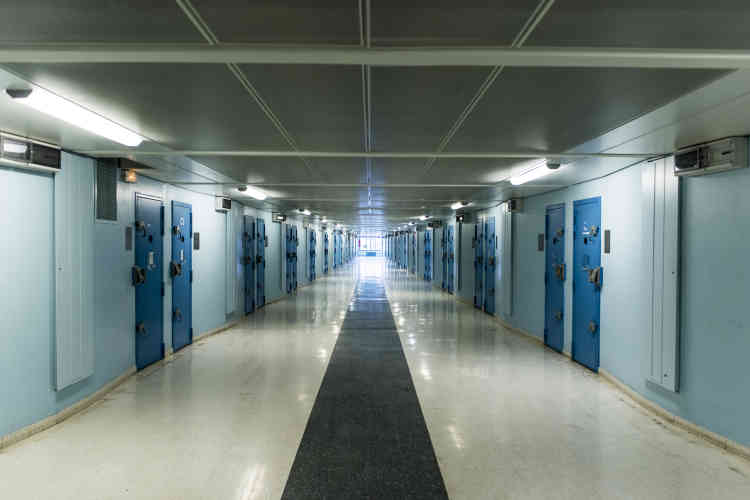 Une coursive. Ce couloir de 80 mètres de long donne l'accès à cinquante cellules. Initialement prévues pour héberger un seul détenu, la plupart sont aujourd'hui occupées en double. Depuis la rénovation de 2008, elles sont équipées de douches.