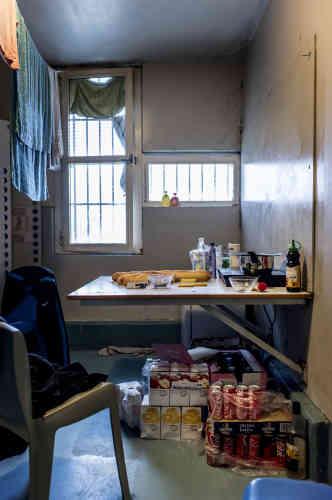 Avec le pécule qu'ils gagnent s'ils travaillent à la prison ou avec l'argent envoyé par les familles, les détenus peuvent acheter de la nourriture, louer un frigo et des plaques de cuisson. Certains accumulent les provisions, mais selon les surveillants, c'est dans le but de compliquer la fouille de leur cellule.