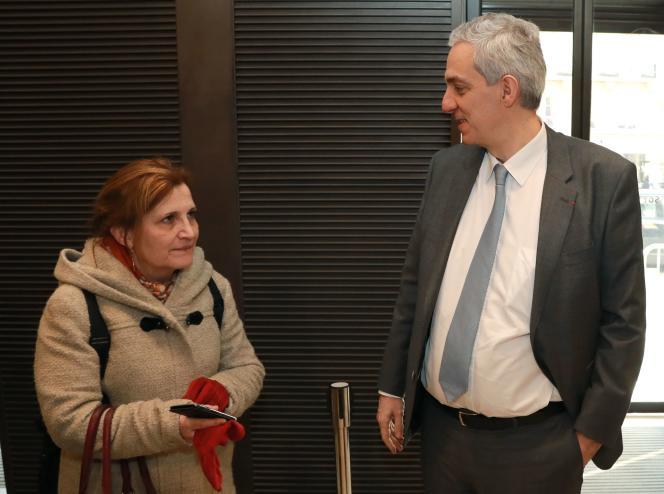 Alexandre Saubot, vice-président du Medef (à droite), discute avec Véronique Descacq,secrétaire générale adjointe de la CFDT, le 22 février.