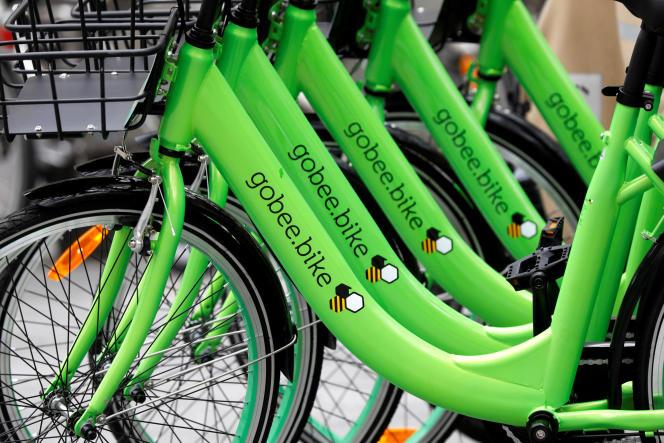 Des vélos en libre-service de la société Gobee.bikes à Paris en octobre 2017.