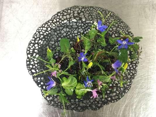 De mémoire : encre de seiche, fleurs, betterave, jus d'agrume.