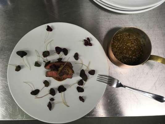 De mémoire : boeuf wagyu, foie gras poêlé, sauce soja, lentilles du Puy et kimchi.